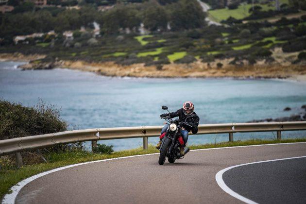 La Moto Guzzi V7 III percorre una curva con mare sullo sfondo