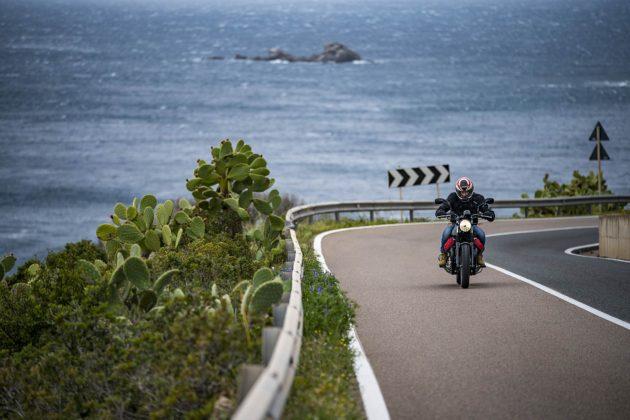 Moto Guzzi V7 III risale la strada panoramica della costa Sarda