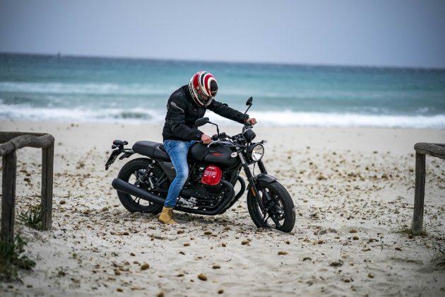 Moto Guzzi V7 III in ripartenza sulla sabbia di una magnifica spiaggia del Sud della Sardegna