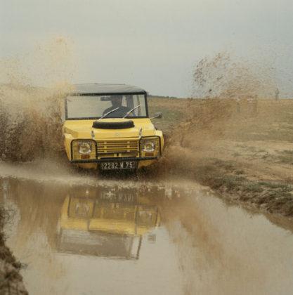 citroen mehari frontale in movimento nel fango
