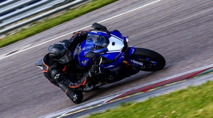 Yamaha R1M 3/4 laterale anteriore destra in curva in piega in movimento con Dunlop D213 GP Pro