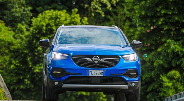 Opel Grandland X frontale in movimento blu su strada