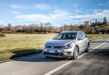 Volkswagen Golf Alltrack 3/4 laterale anteriore sinistra grigia in movimento su strada