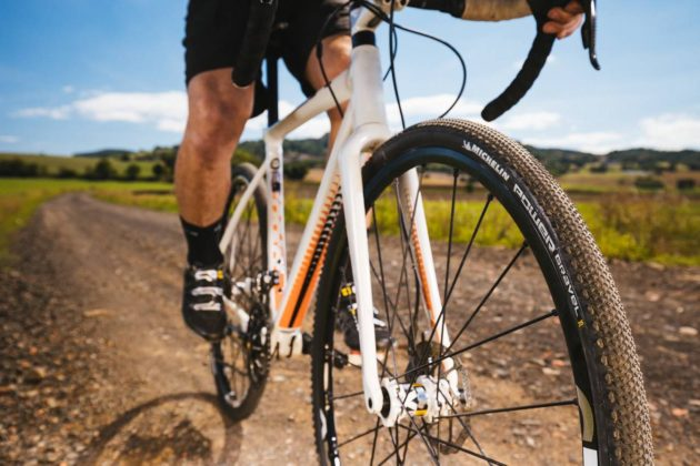 Michelin Power Gravel su bici in movimento
