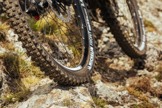 Michelin Wild Enduro su bici su sassi sterrato in movimento