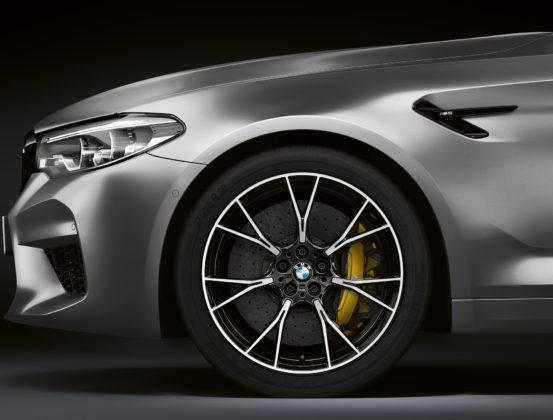 BMW M5 competition dettaglio gomma anteriore sinistra