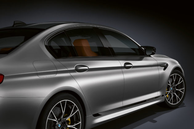 BMW M5 competition dettaglio fiancata destra grigia