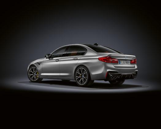 BMW M5 competition 3/4 laterale posteriore sinistra statica grigia