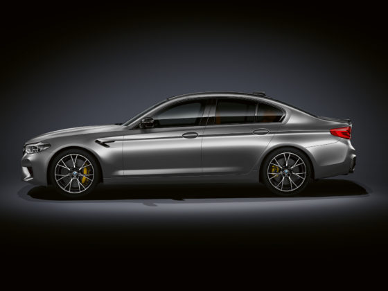 BMW M5 competition laterale sinistra grigia statica