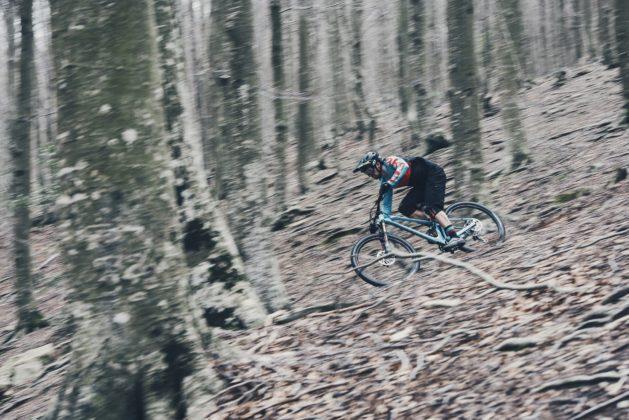 Mondraker Foxy 2018 laterale sinistro in movimento nel bosco