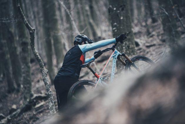 Mondraker Foxy 2018 portata a mano laterale nel bosco in movimento
