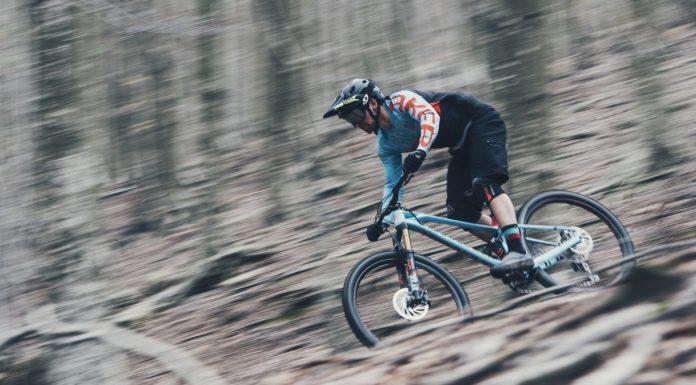Mondraker Foxy 2018 in movimento laterale in curva nel bosco
