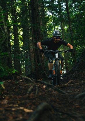 Felt Compulsion 2018 frontale con ciclista in movimento nel bosco sterrato