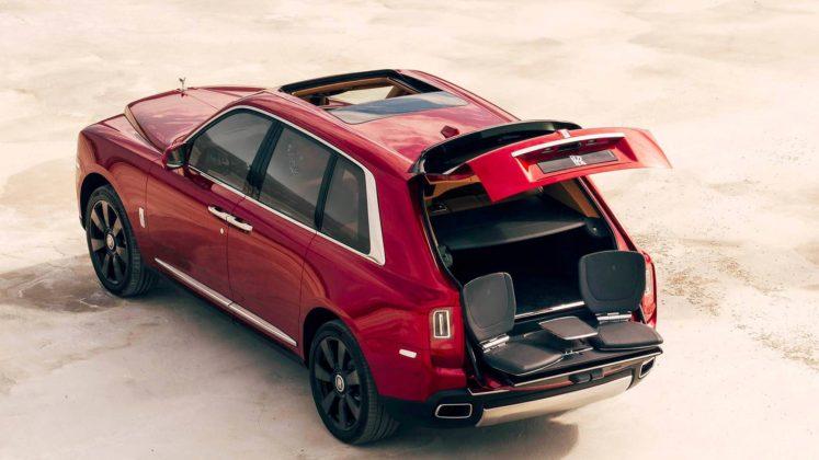 rolls royce cullinan 3/4 laterale posteriore sinistra bagagliaio aperto con dettaglio sedili posteriori