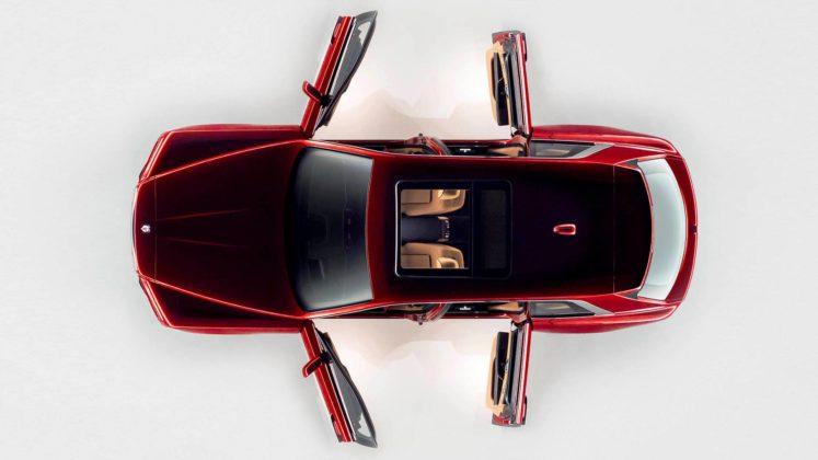 rolls royce cullinan dall'alto con portiere e tettuccio aperti rossa statica