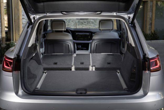 Volkswagen Touareg 2018 dettaglio bagagliaio aperto con sedili abbassati
