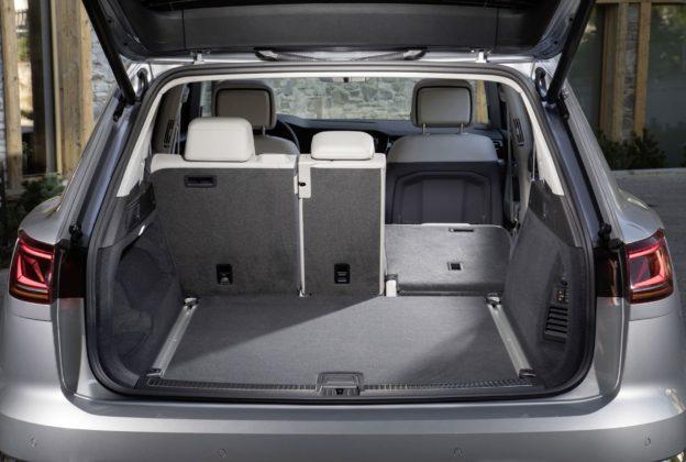 Volkswagen Touareg 2018 dettaglio bagagliaio aperto con sedile abbassato