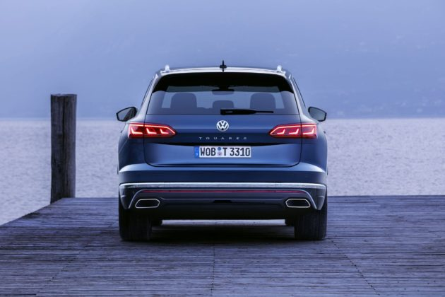 Volkswagen Touareg 2018 posteriore statica sul lago blu