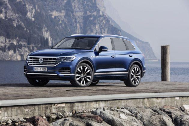 Volkswagen Touareg 2018 3/4 laterale anteriore sinistra statica sul lago blu