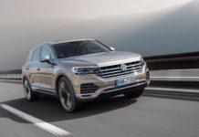 Volkswagen Touareg 2018 3/4 laterale anteriore destra in movimento grigia su strada