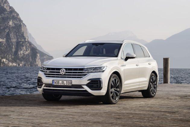 Volkswagen Touareg 2018 3/4 laterale anteriore sinistra statica sul lago bianca