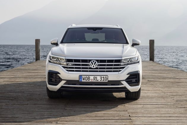 Volkswagen Touareg 2018 frontale sul lago bianca