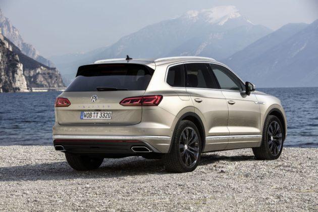 Volkswagen Touareg 2018 3/4 laterale posteriore destra statica con lago