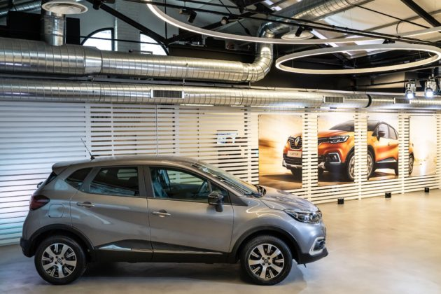 Renault Captur Sport Edition laterale in un concessionario