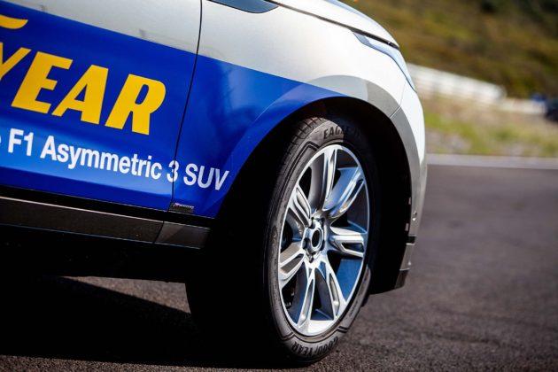 Range Rover con Goodyear Eagle F1 Asymmetric 3 SUV dettaglio gomma anteriore destra