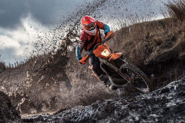 KTM EXC 2019 frontale con pilota su fango in movimento