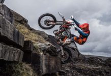 KTM EXC 2019 con pilota su roccia laterale in movimento