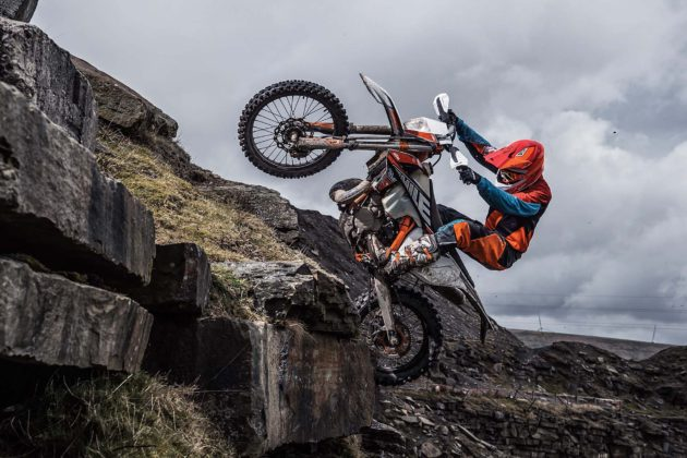 KTM EXC 2019 con pilota su roccia laterale in movimento