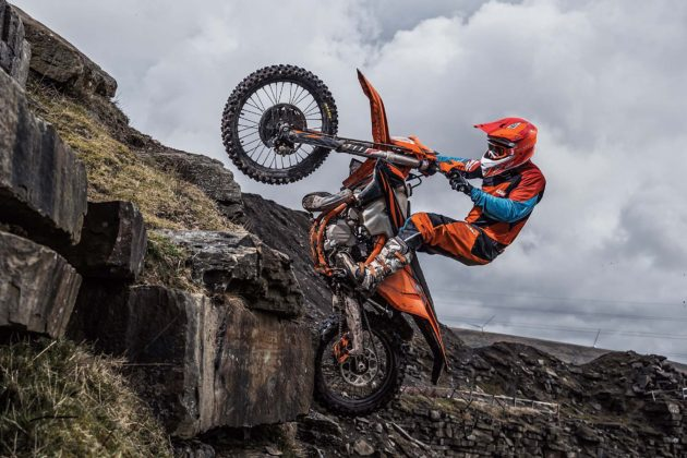 KTM EXC 2019 in montagna impennata arancione in movimento