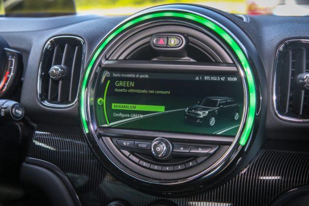 MINI Countryman Cooper S dettaglio schermo centrale con LED verde