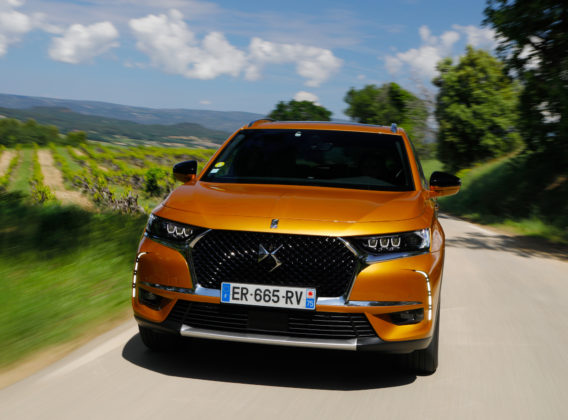 DS7 frontale in movimento oro