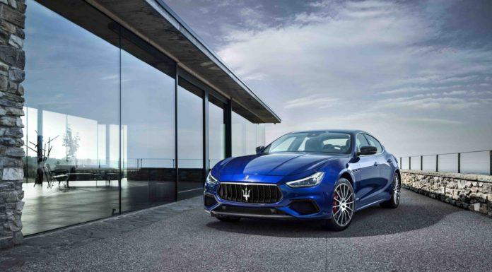 Maserati 3/4 laterale sinistra su terrazza statico blu