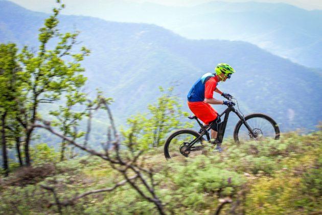 Canyon Spectral:ON con ciclista laterale destra in movimento