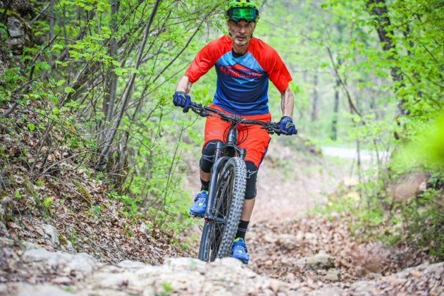 Canyon Spectral:ON con ciclista frontale