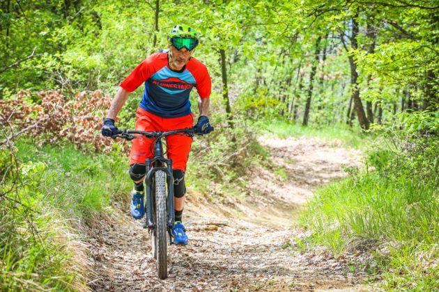 Canyon Spectral:ON frontale con ciclista in movimento nel bosco