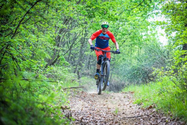 Canyon Spectral:ON con ciclista frontale impennata in movimento