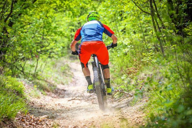 Canyon Spectral:ON posteriore con ciclista in movimento