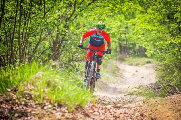 Canyon Spectral:ON frontale con ciclista in movimento