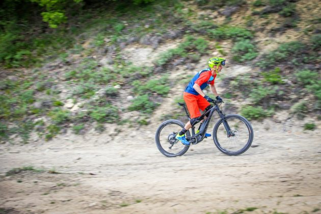 Canyon Spectral:ON laterale con ciclista in movimento