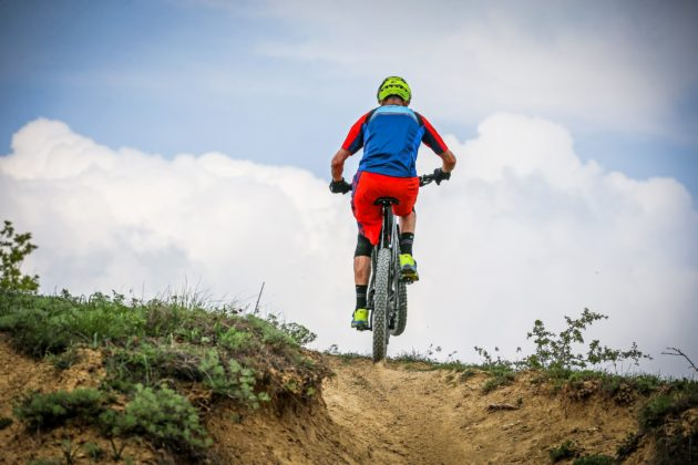 Canyon Spectral:ON con ciclista posteriore in movimento