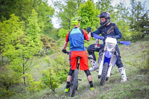 Canyon Spectral:ON con ciclista posteriore e Yamaha WR250F con pilota frontale statico