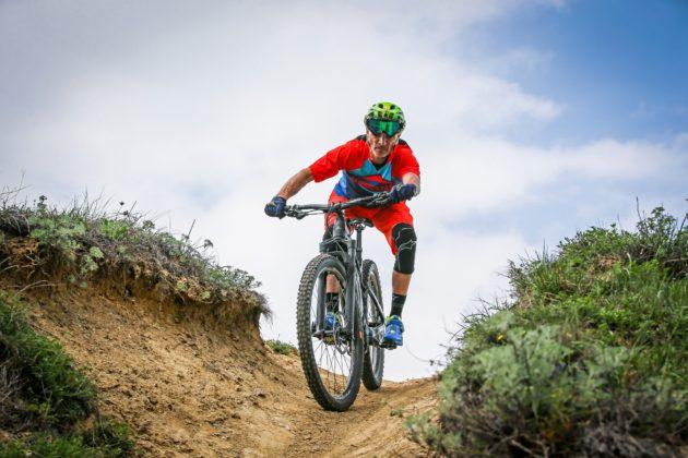 Canyon Spectral:ON con ciclista frontale su dosso in movimento