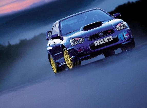 Subaru Impreza frontale statica blu con cerchioni oro