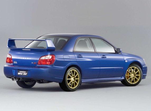 Subaru Impreza 3/4 laterale posteriore destro statico blu con cerchioni oro