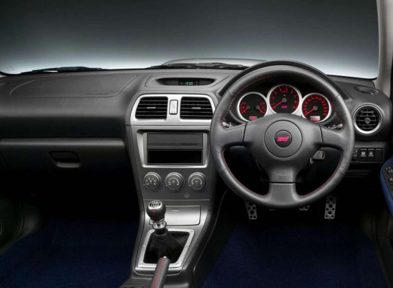 Subaru Impreza dettaglio volante e cambio