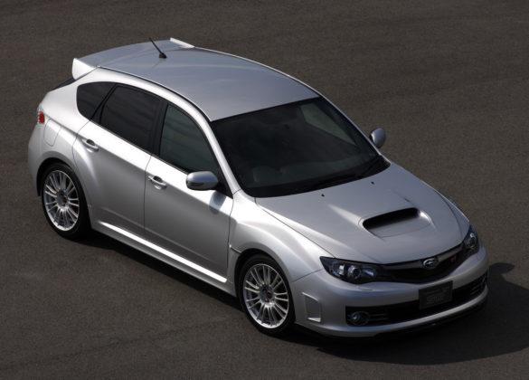 Subaru Impreza 3/4 laterale destra dall'alto statica grigia